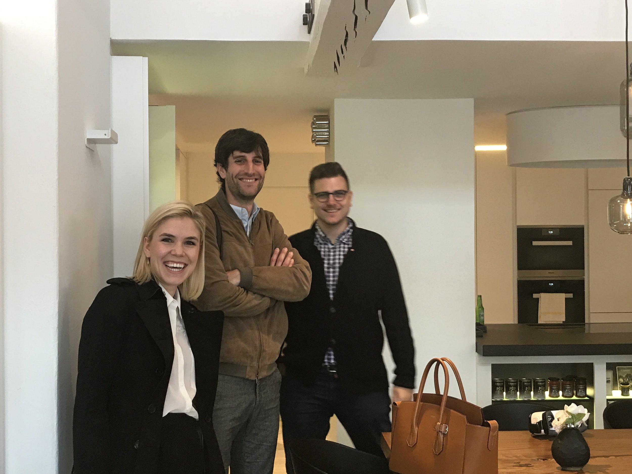 Madeleine Fallegger, PR-Mann Claudio Looser von FurrerHugi und Le Bijou-CEO Alexander Hübner (r.) in der Le Bijou-Vorzeige-Wohnung MH6 in der Zürcher Altstadt.