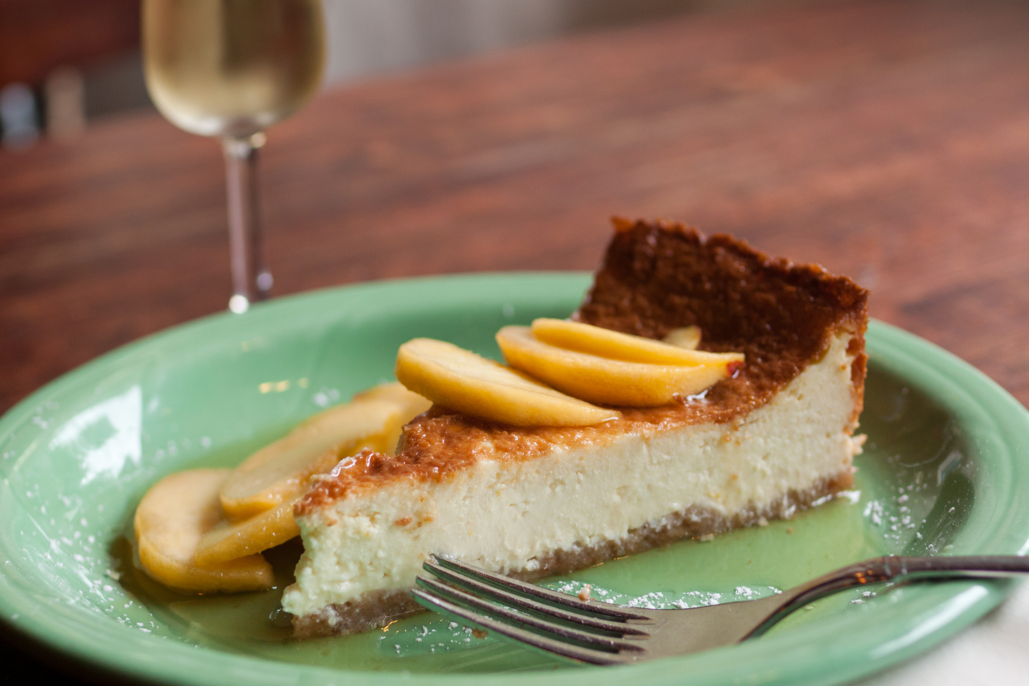 Ricotta and Caprino cheese cake with sliced peaches in honey