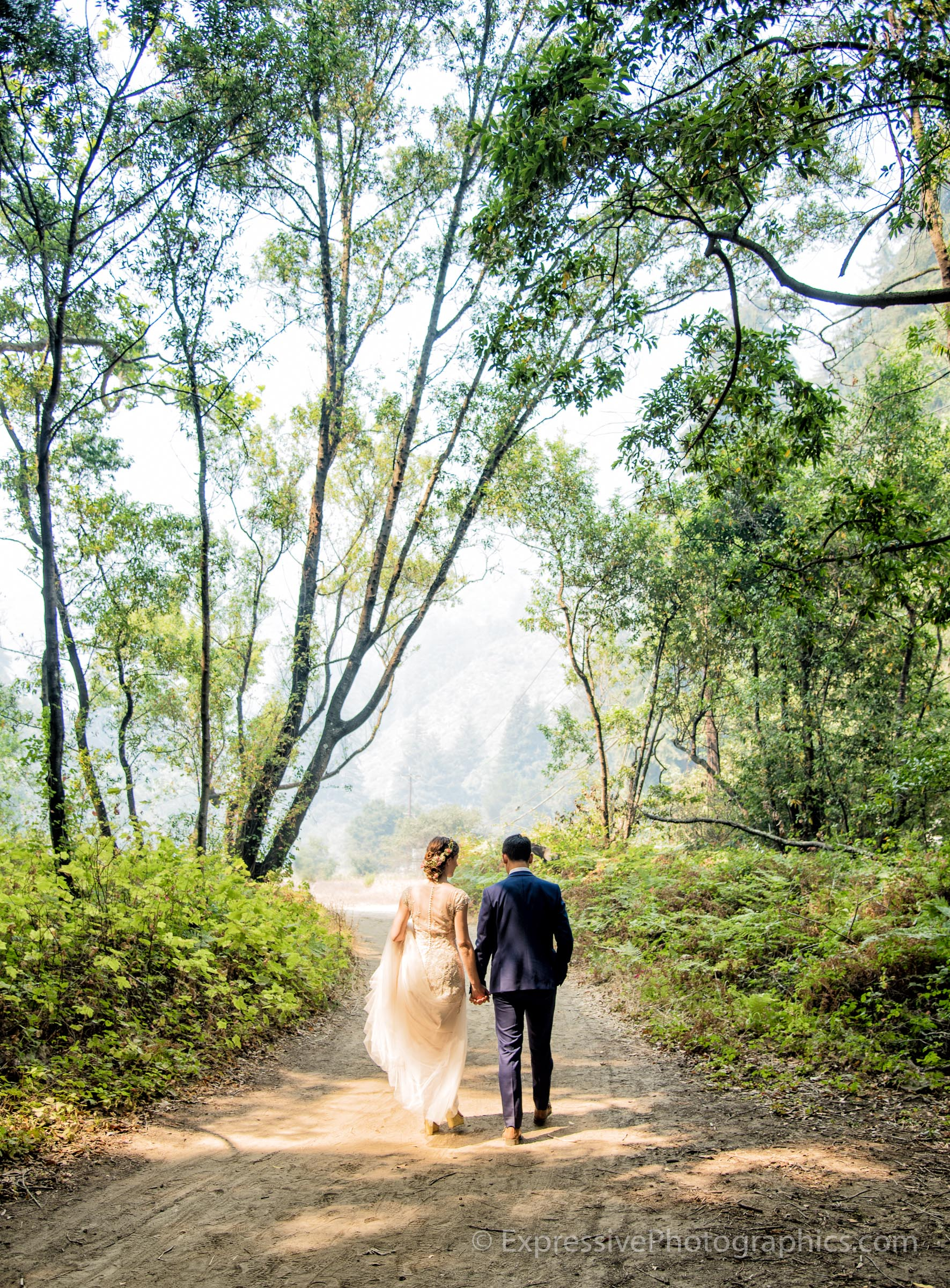 Expressive-Photographics-wedding-couple-walking-20160723_0321_R.jpg