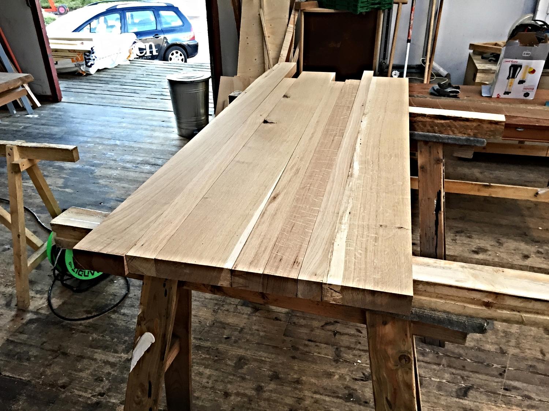 Efter afretter og tykkelseshøvl, skal plankerne lægges op for at finde ud af hvilke stykker der skal placeres hvor.