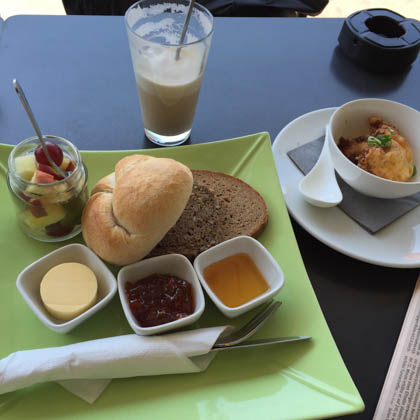 Kleines Wiener Frühstück mit knusprigem Ei und Café Latte