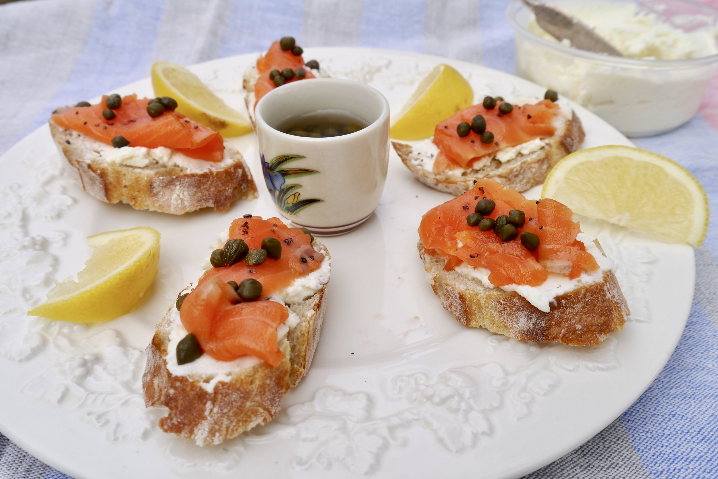 Smoked salmon and fresh cheese canapes