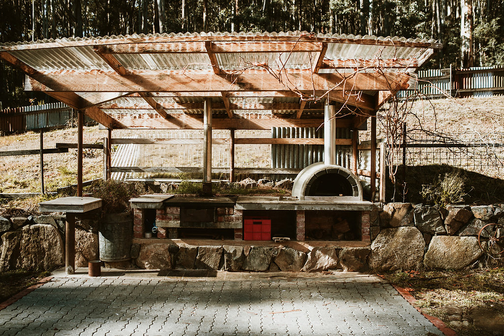 Pizza Oven, BBQ and Firepit - Light the pizza oven and enjoy delicious home-cooked wood fired pizza! On a clear night sitting around the firepit, looking up at the stars and toasting marshmallows is a great way to spend an evening.