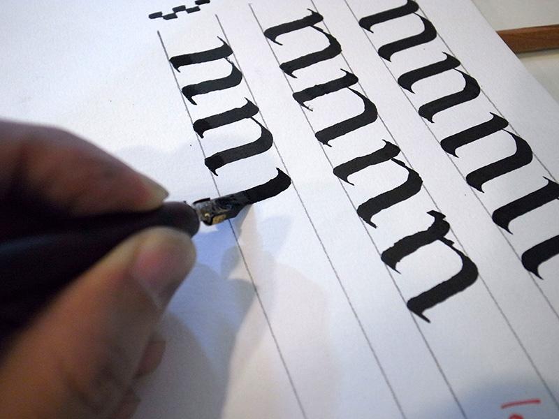 把紙轉個角度,即可以與右手相同的方式來書寫