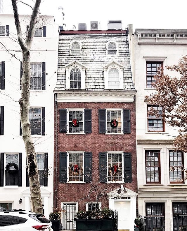 I love a good Griswold holiday light display, but I equally love the simplicity of these chic wreaths in the windows of this home! This is why I'm always torn with decorating... I either have zero chill or have zero motivation 🤣🌲🤷🏻‍♀️! #streetsofnewyork #christmasiscoming