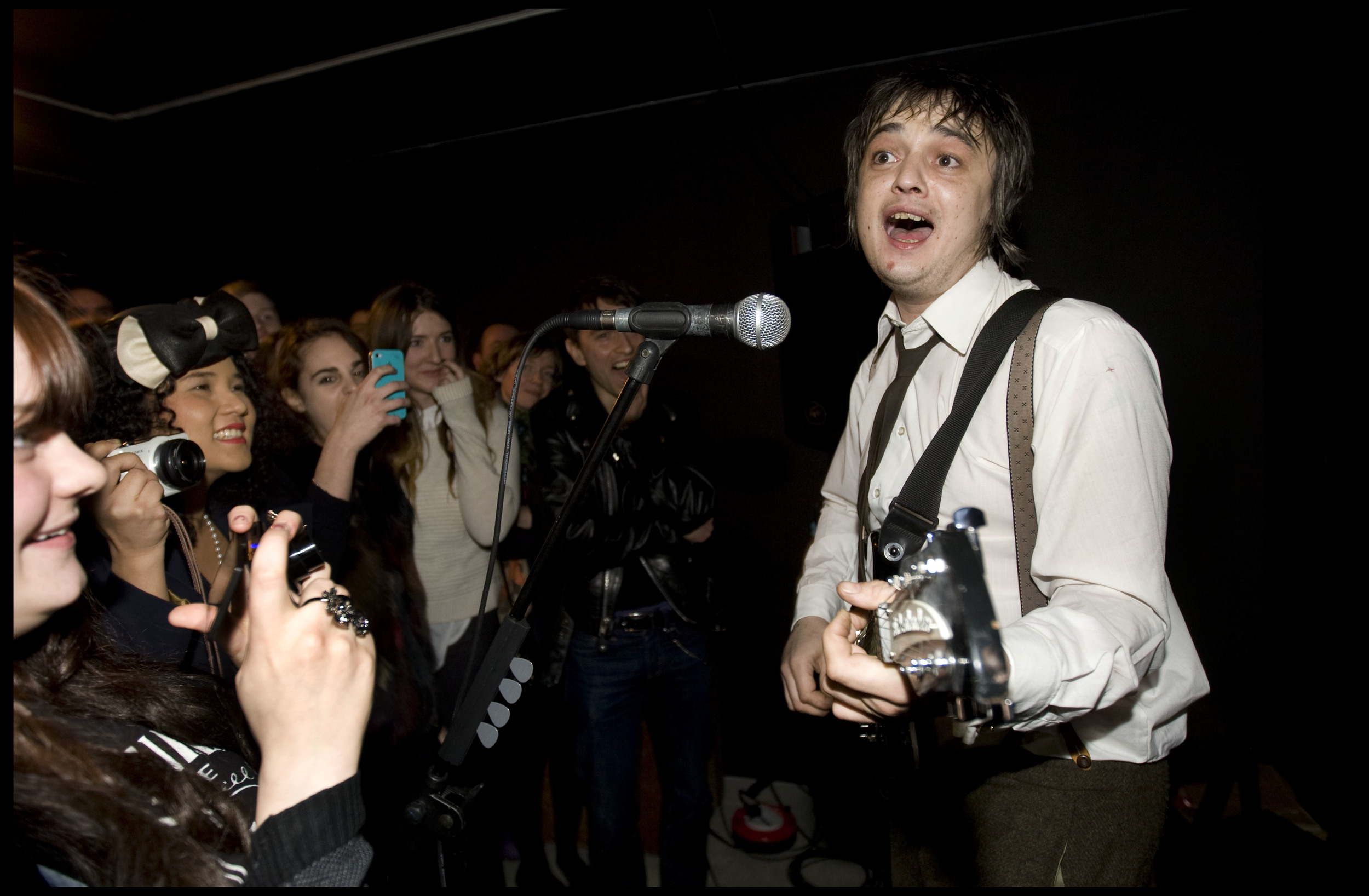 Pete Doherty plays at his art exhibition - Pete Doherty on blood