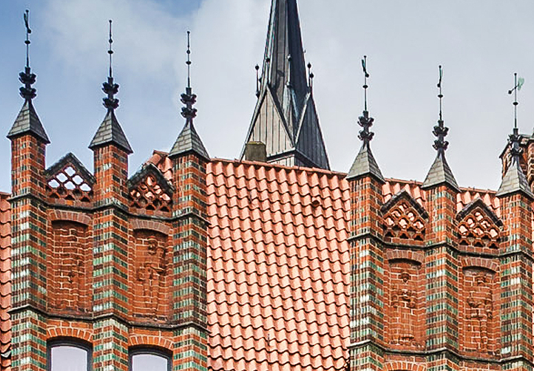 Old Hannover City Hall: figures in the roof brickwork