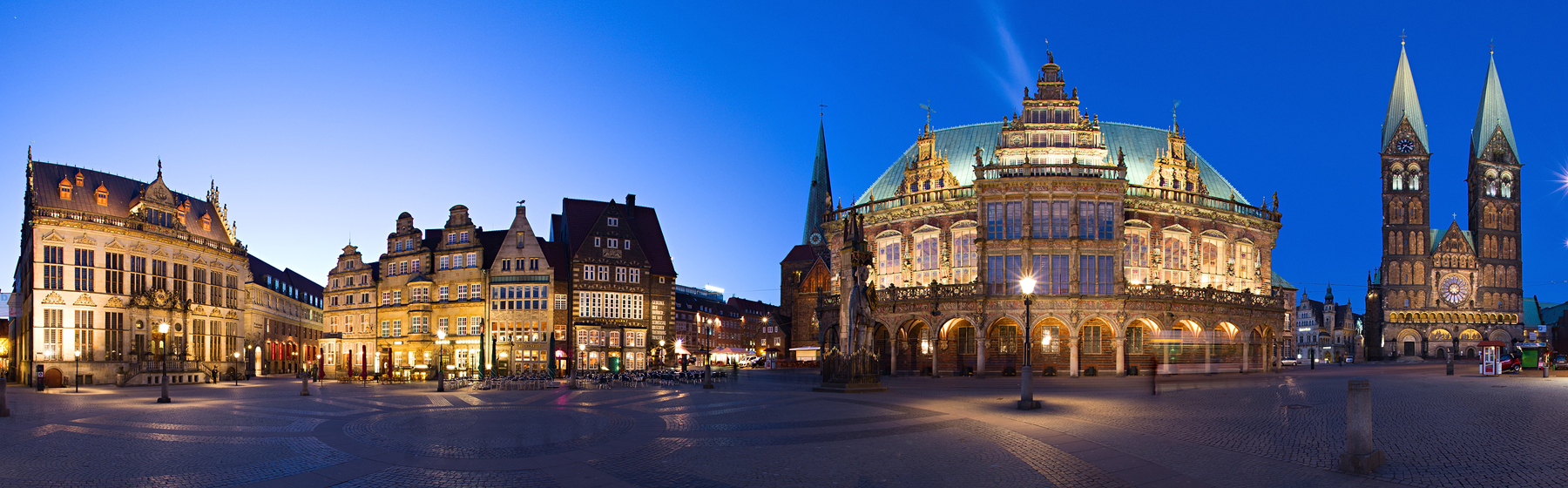 Wide angle shot of Bremen town square with the city hall (photo by Heiko.J)