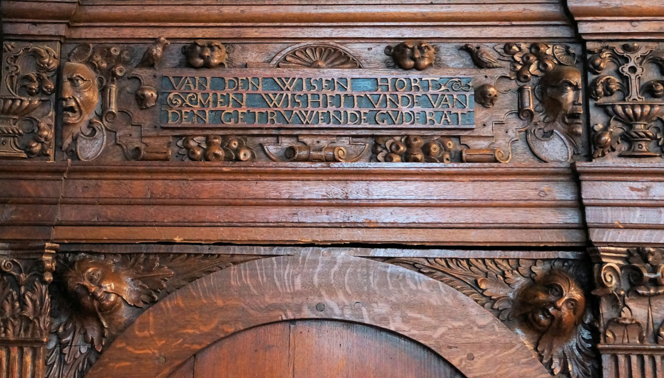"""Inscription above the left door: """"Fromthe wise, one hears wisdom and from the loyal, good advice"""" (thanks to Volker Langbehn for the translation)"""