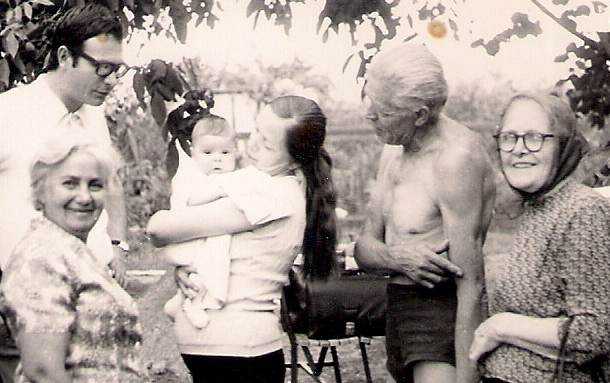 Első unokaként ekkor még én voltam a középpontban. Szerető családi körbe érkeztem, ami egész életemet megalapozta.