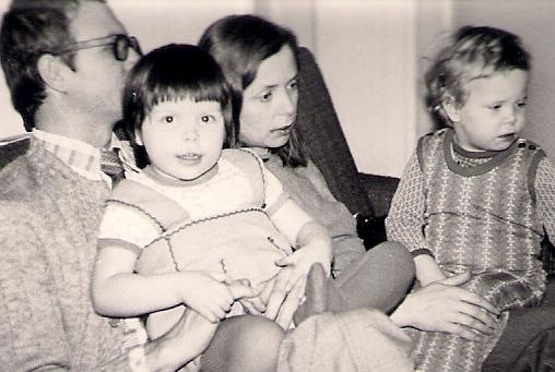 Húgommal és szüleimmel egy budapesti lakótelepi lakásban éltünk, ahonnan sokat jártunk kirándulni és vidéki rokonainkhoz.
