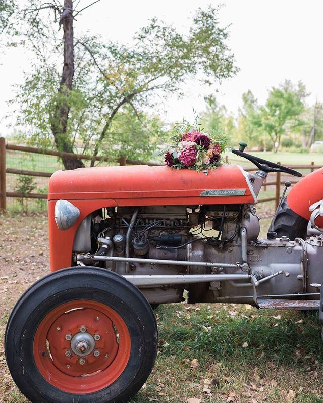 We have a multitude of props to get you that perfect shot! ⠀⠀⠀⠀⠀⠀⠀⠀⠀ 📸: @dylancrossley_photo⠀⠀⠀⠀⠀⠀⠀⠀⠀ ⠀⠀⠀⠀⠀⠀⠀⠀⠀ #ourtractorissexy #coloradoweddings #fallweddings
