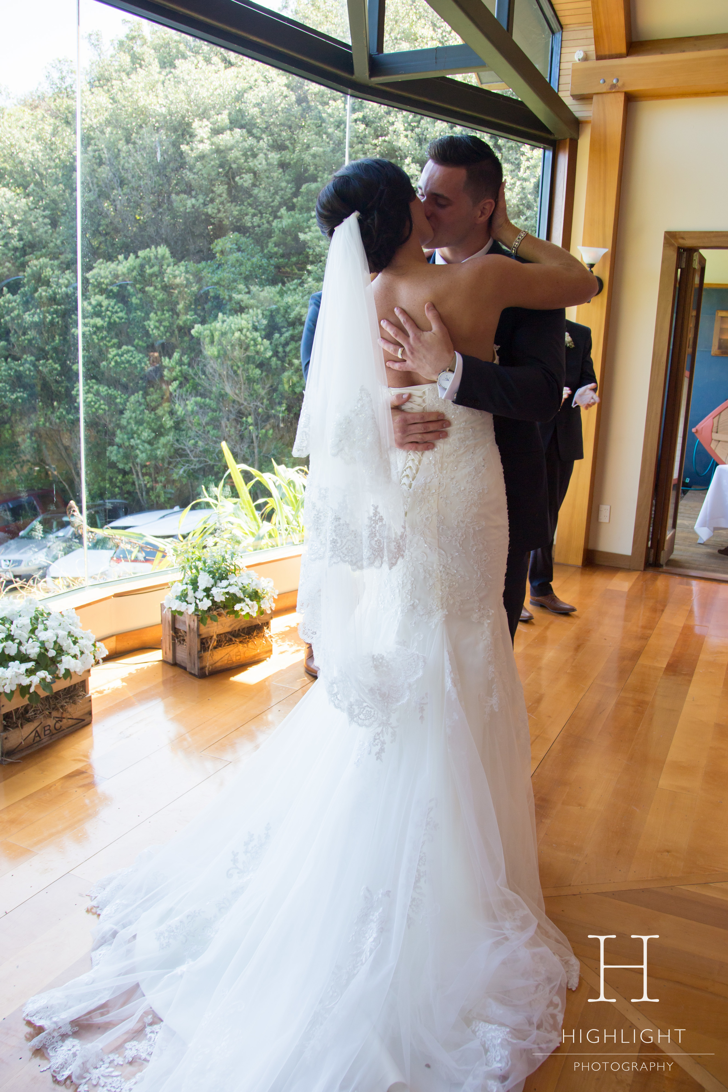 highlight_photography_wedding_new_zealand_kiss.jpg