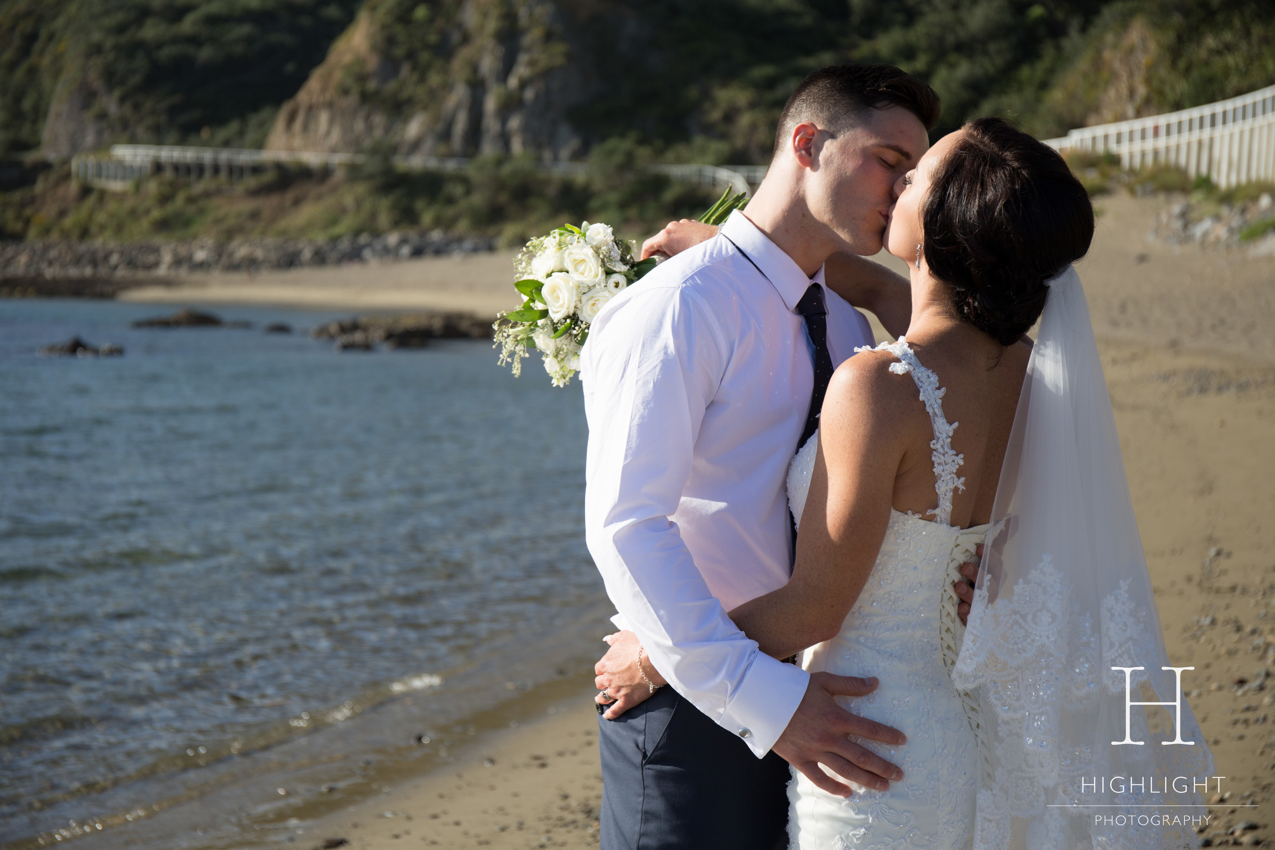 highlight_photography_wedding_new_zealand_beachkiss.jpg