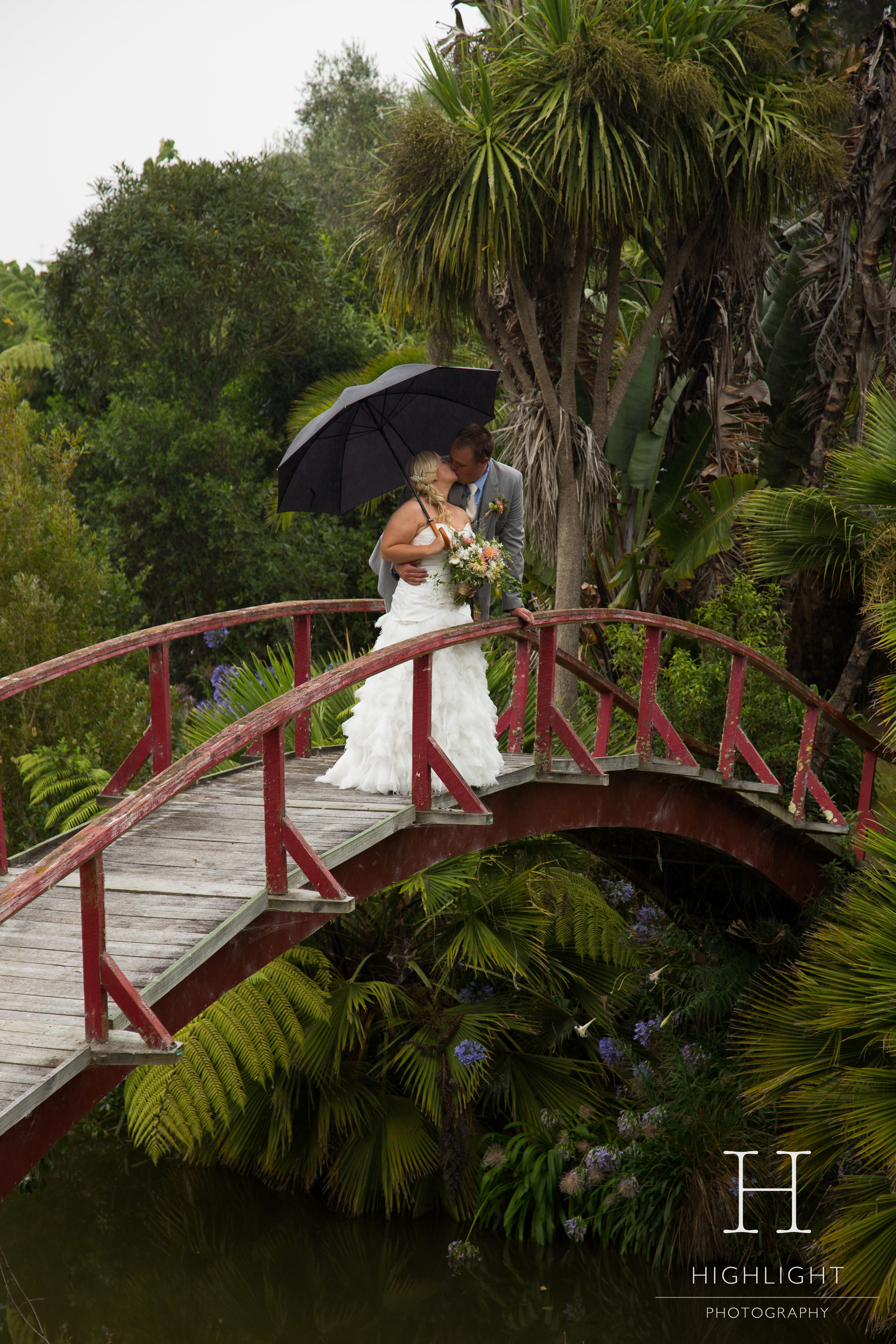 highlight_photography_wedding_new_zealand_kiss.jpg