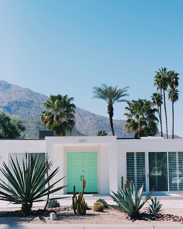 Yesterday we had a day filled with architecture and vintage fashion and it didn't disappoint. The doors of Palm Springs were stunning! Coming up we have @joannagaines and our longtime favorite @ohjoy. Pinch us! Is this really happening?! Ready for day 1 of @altsummit. . . . #palmspringdoortour #palmsprings #palmspringsarchitecture #dessert