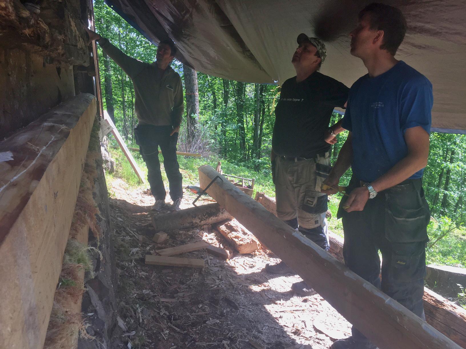 25. mai 2016: Arvid Sollie, Hans Petter Musum og Lars Løvdal drøfter neste tiltak på tømra.