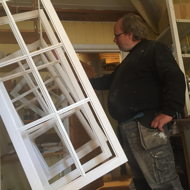 Jonny Vindfjell fra Visedal Snekkerverksted viser status i arbeidet med vinduene som skal til Lia og som er laget etter kopi av gamle.