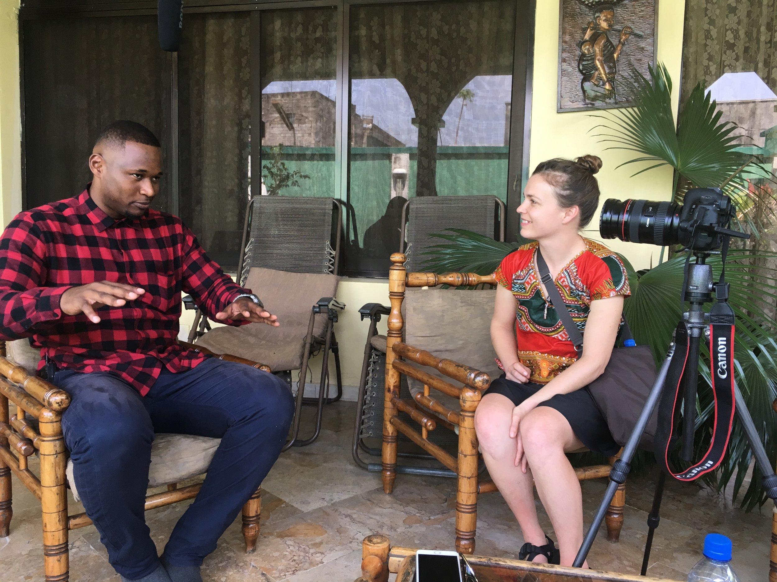 コンゴ人音楽家にインタビューをするジェシカ・ジェーン・ハート氏(右)。