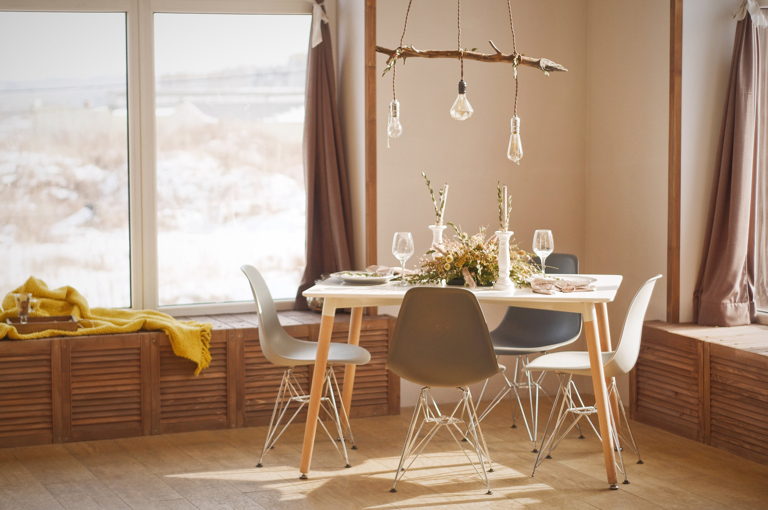 Decoration - Ideal in situations where staging draws in potential buyers in home sales, short term rental properties or simply in need of fresh start. We specialise in turning houses into homes.