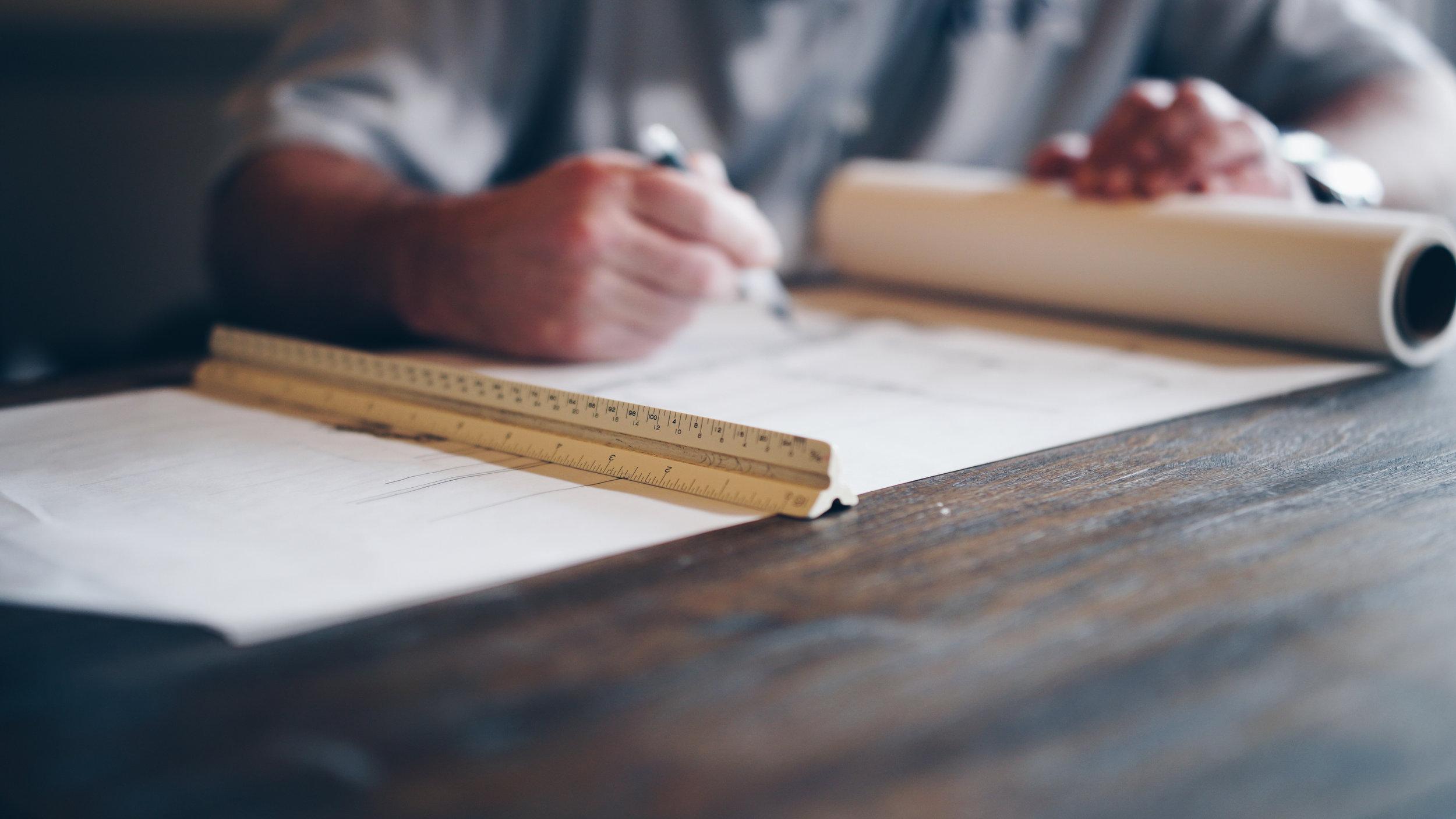 Soluciones de diseño - Diseño es una palabra amplia para nosotros. Para el enfoque de los problemas utilizamos métodos de pensamiento y diseño que abarcan desde el diseño gráfico hasta la programación de los procesos de interacción con los usuarios, proporcionando algo más que planos a nuestros clientes.