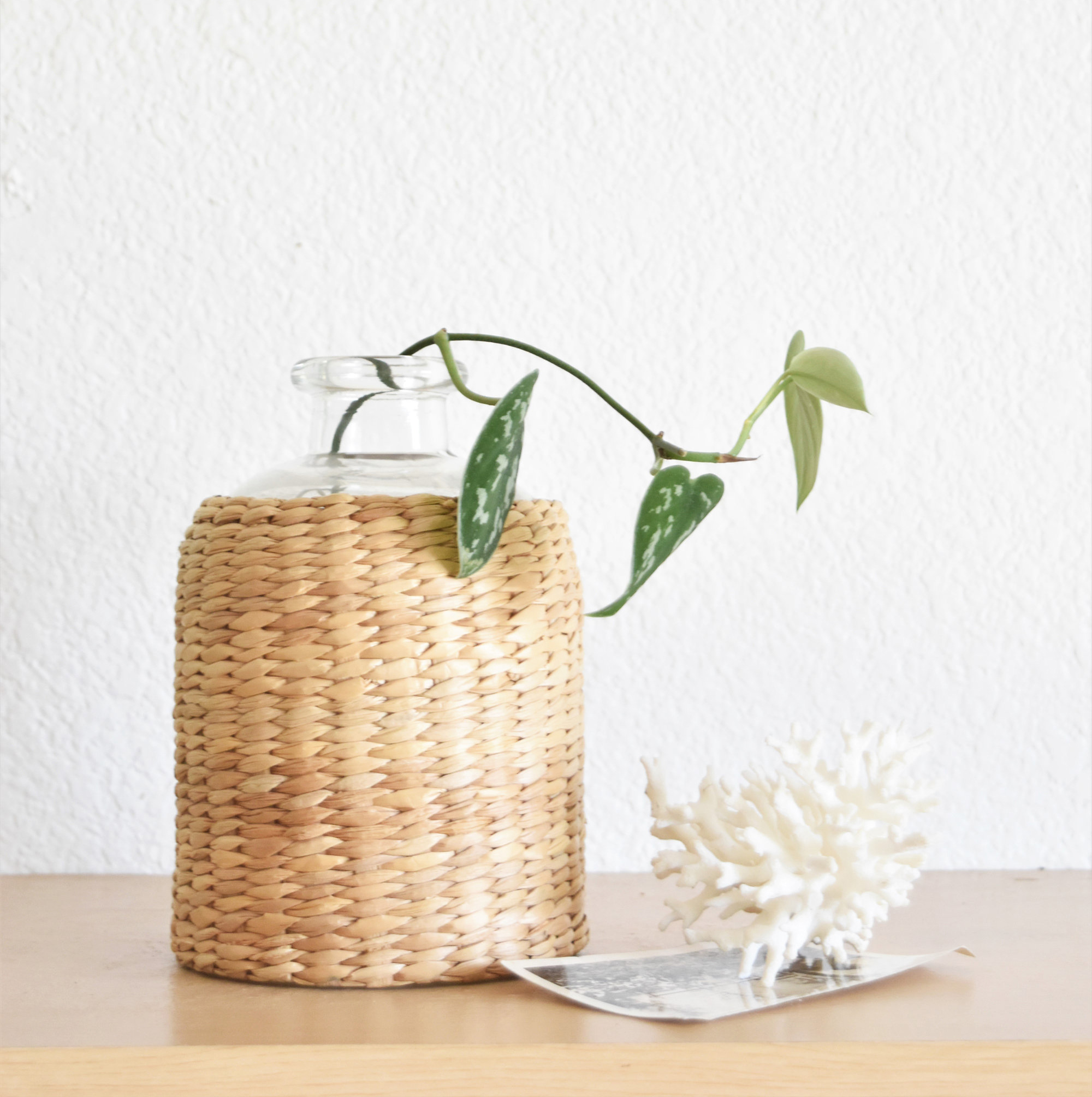 Woven straw bud glass vase