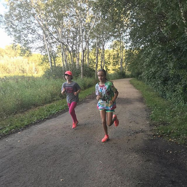 Running Buds 👯♀️ . 👉Tag your favorite running buddy! . 📸: @soupir1 Coach, West Metro Hawks . . #kidsrunmn #kidscityxc #runningbuddies #youthcrosscountry #youthrunning #runmn #runminnesota