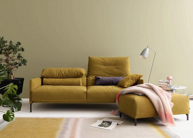 gelbes Sofa mit Rückenlehen klpappbar.png