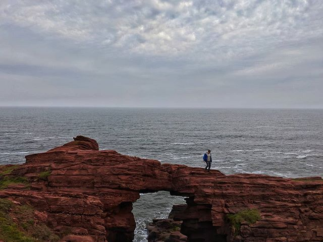 I'm in Scotland for the week for an Elopement & adventure session. Scotland is one of my loves, I am so grateful everytime I get to come here. I love location scouting, it's THE BEST. Someone elope at these red rock cliffs and bring me. 🥰♥️