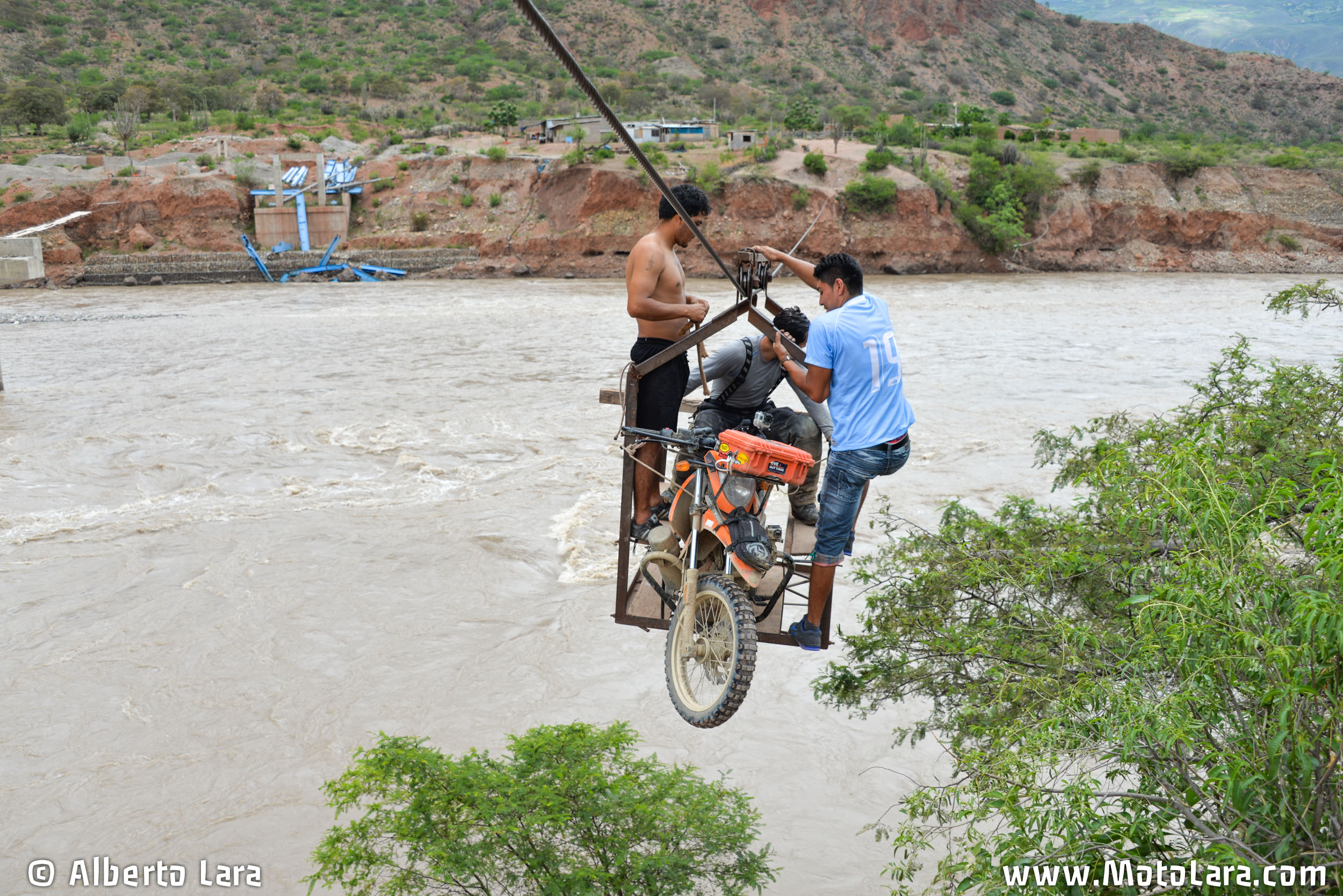 Corssing the Marañon river by cage & cable near Urpay, La Libertad.jpg