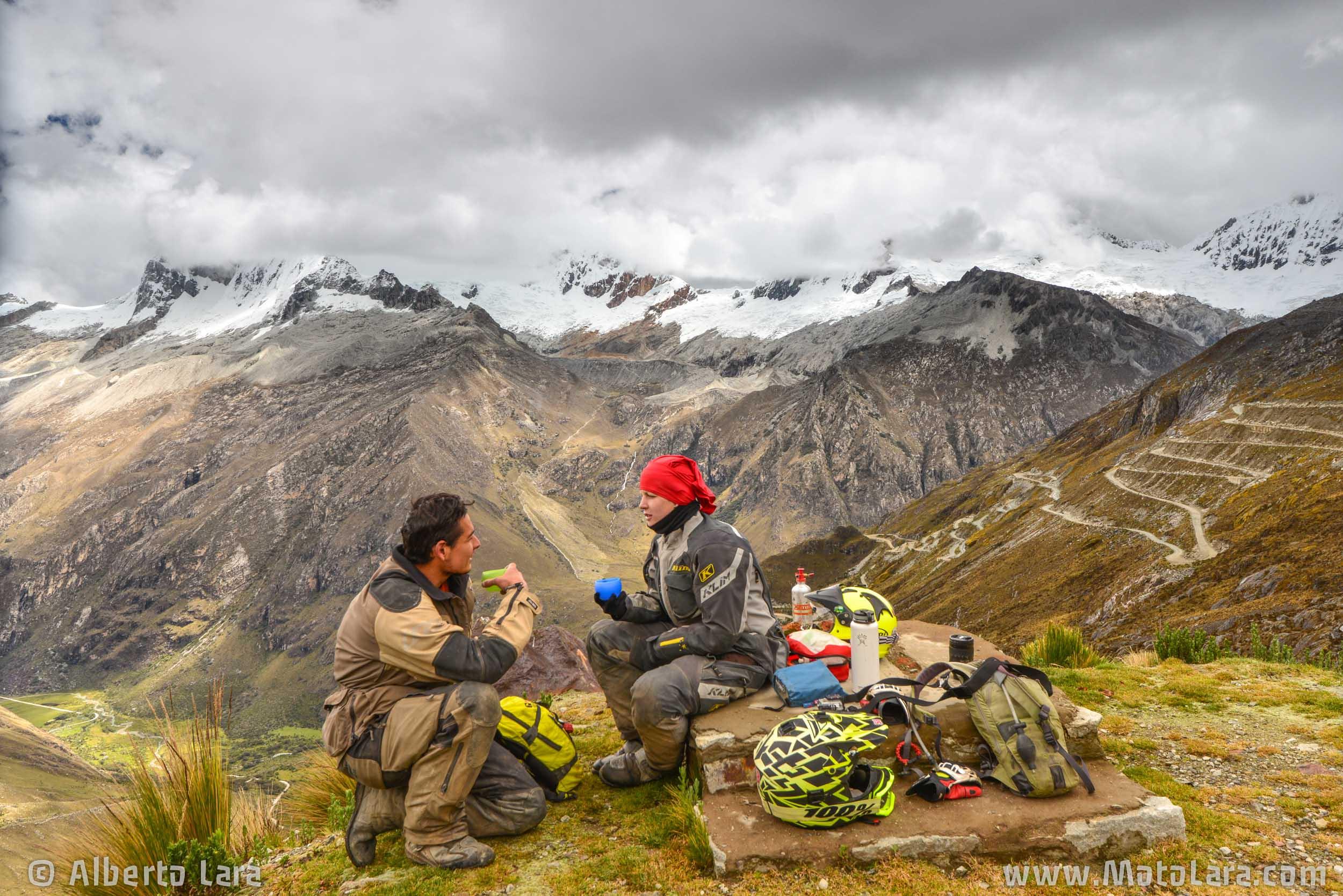 Having hot tea at Paso Portachuelo, Cordillera Blanca.jpg