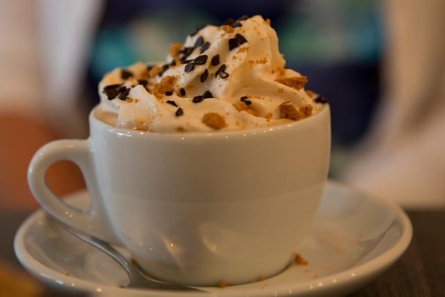 cappuccino met zelfgemaakte slagroom op basis van amandelrijstmelk