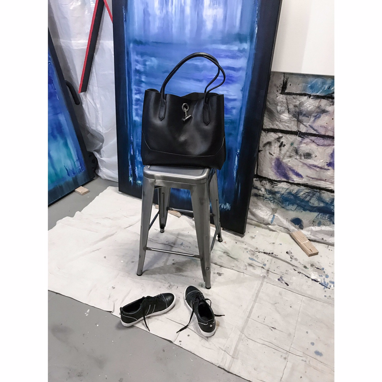 Shop this amazing Tote bag  HERE  and sneakers  HERE  !