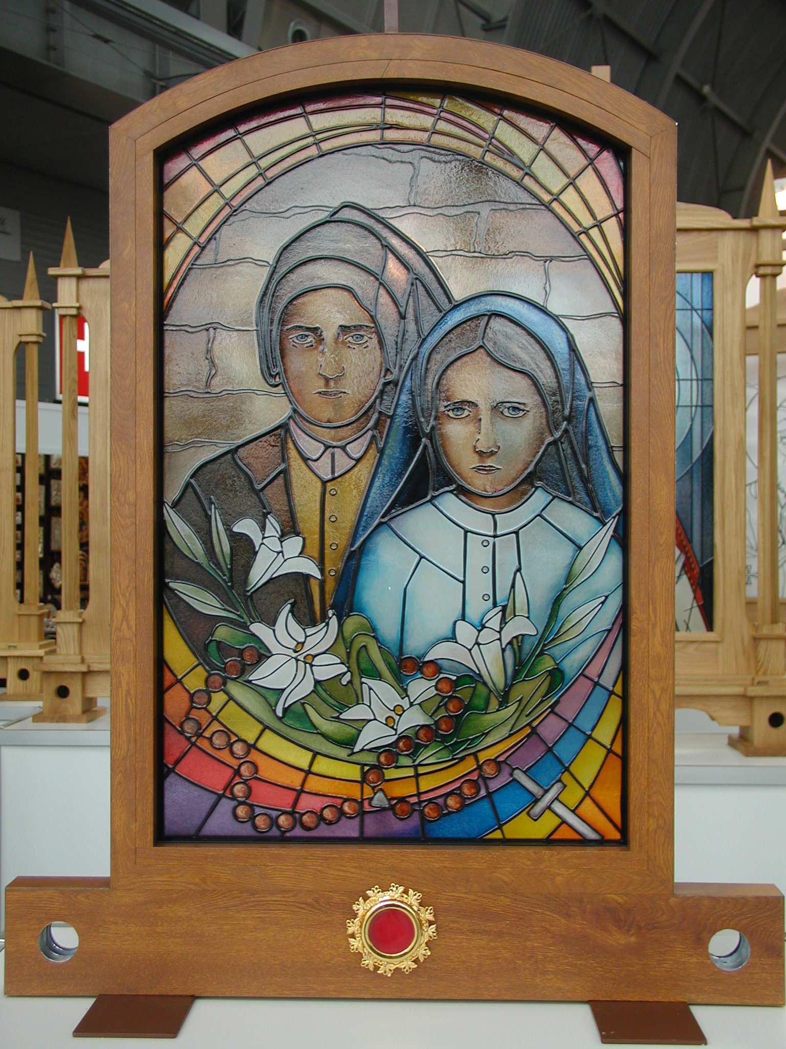 Św  Franciszek i Hiacynta - Feretron witrazowy z relikwiarzem