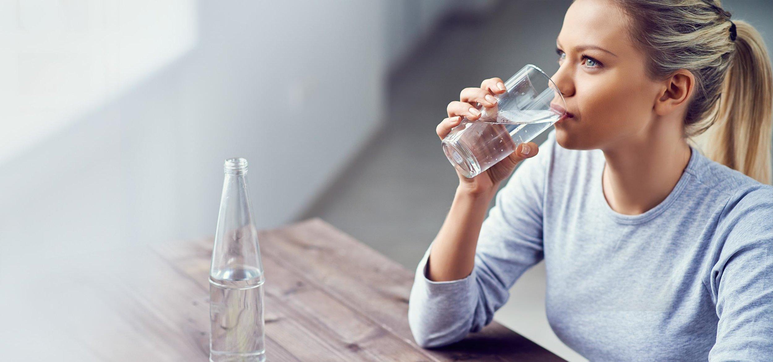 brita_experience_personal_hydration_needs_woman_drinking_water-1.jpg