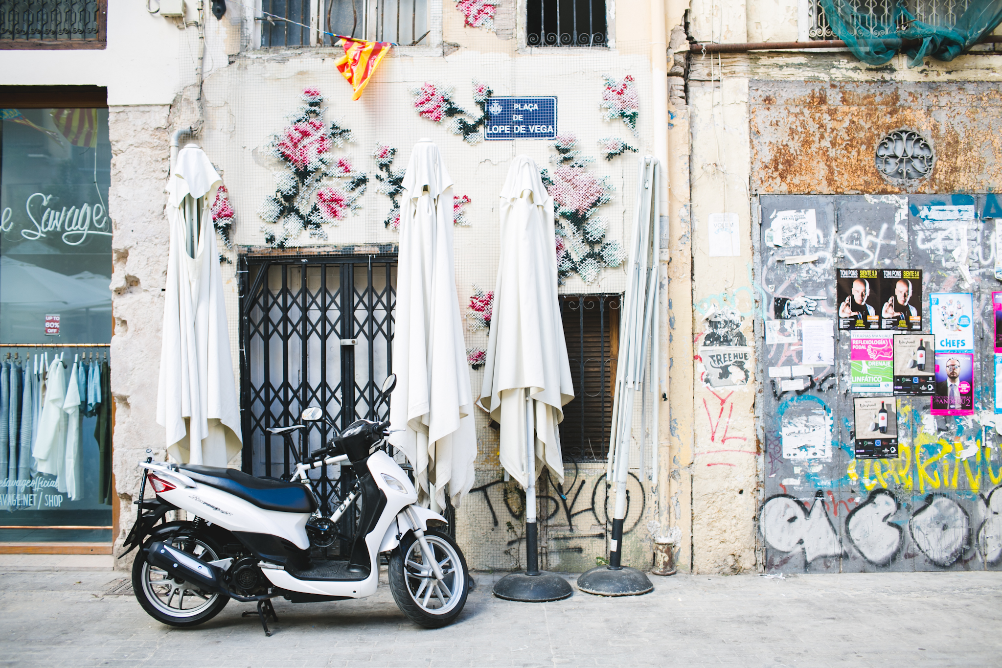 Here's a visual glimpse of what made Valencia so confusingly beautiful: Romantic vs. grunge + old versus new.