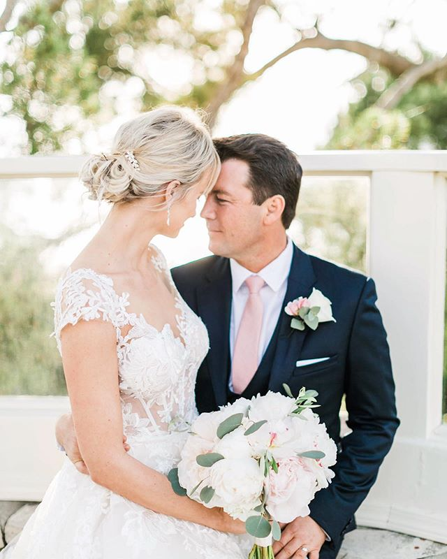 The love between these two beauties is taking over my blog today.  These two got married on the cliff side of Palos Verdes and their wedding swept me off my feet.  One of my favorite parts was watching the bride get after the ice luge! For a peek and more on their love story, I'll keep the link in my bio ❤️ Wedding planner: @theeventsboutique  Venue: @la.venta.inn  Make-up+hair: @nicolelorrainestyles  Florals: @floralsbylaurel  DJ: @3dsounds  Prop rentals: @platinumproprentals  Furniture: foundrentals