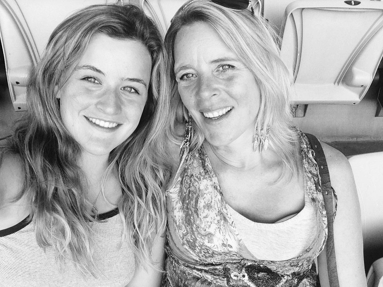 Annekarien (rechts) met haar dochter (links).