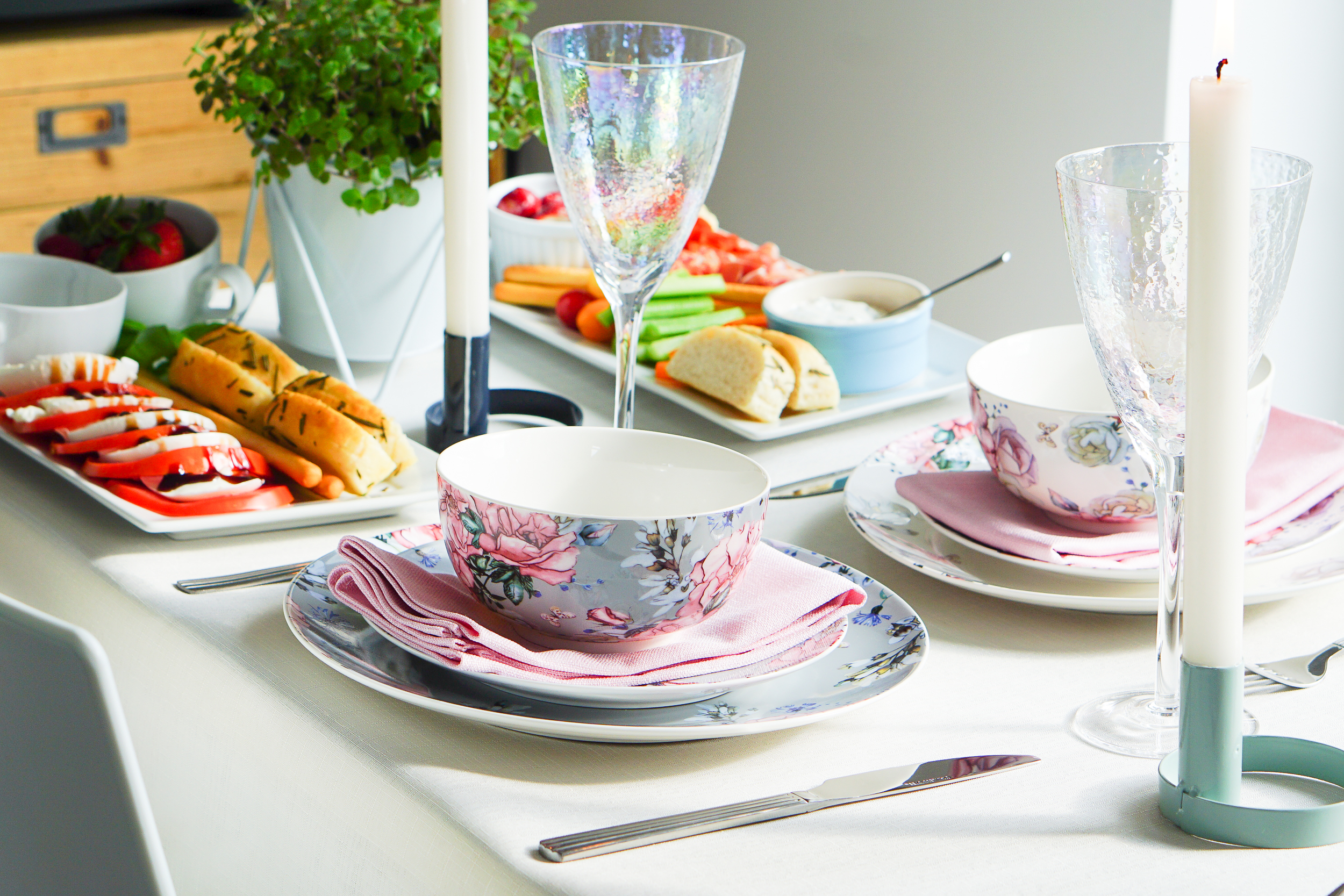 Celebrate the bank holiday weekend with a chic and simple supper with friends