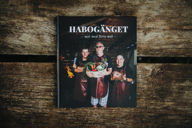 HABOGÄNGET  - Året runt samlas deltagare från Sesam daglig verksamhet i Lomma för att laga mat utomhus på Habo gård. Efter ett tag väcktes tanken att göra en kokbok för att inspirera andra med funktions variationer att börja laga mat. Boken kom ut augusti 2018 och första upplagan är slutsåld.