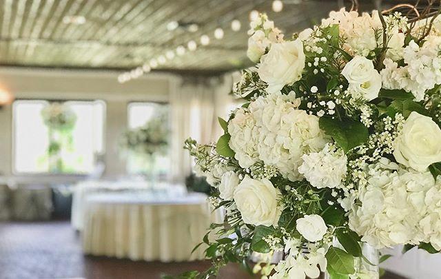 #whiteweddingflowers #ballyoween #crystalspringsweddings