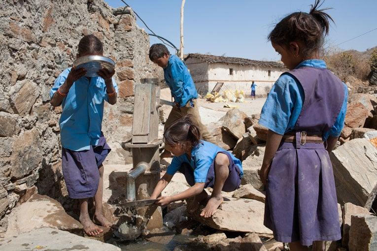 Les enfants lavent leurs assiettes après le déjeuner