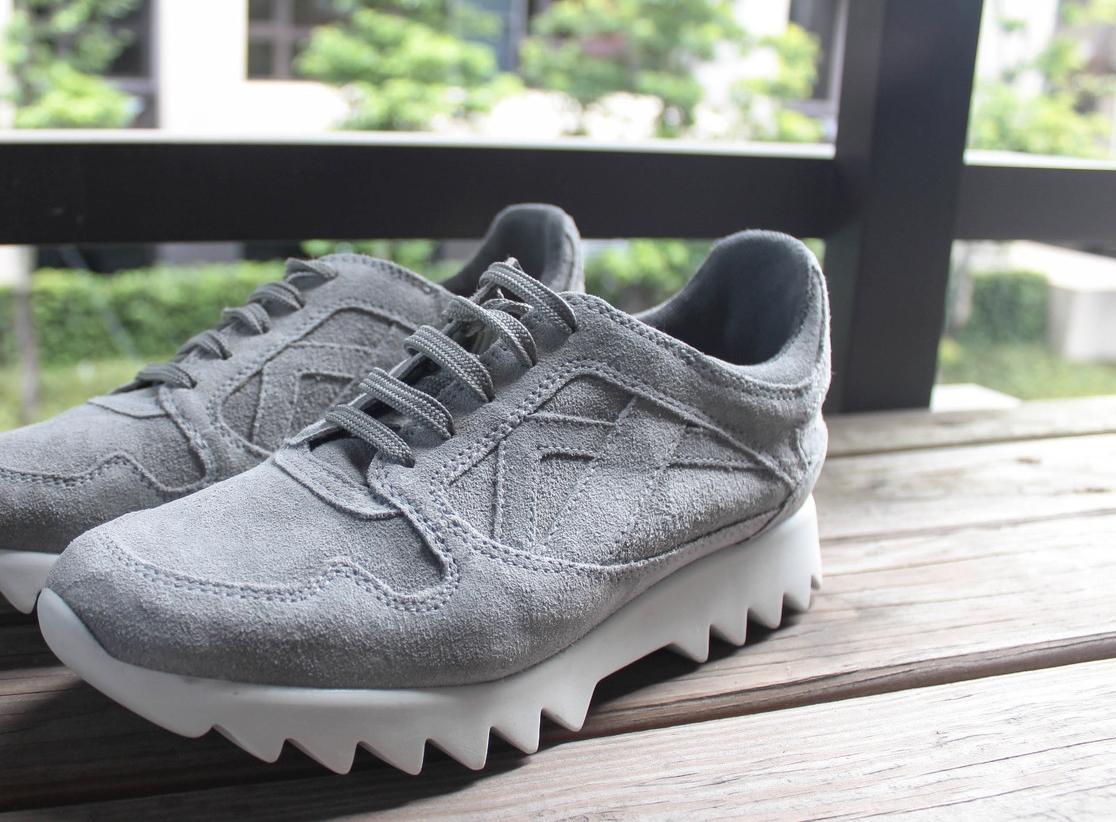 百搭的灰麂皮休閒鞋
