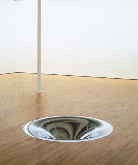 Anish Kapoor. Turning the world inside out II, 1995. Instalación de bronce cromado. Colección: Fondazione Prada, Milán.