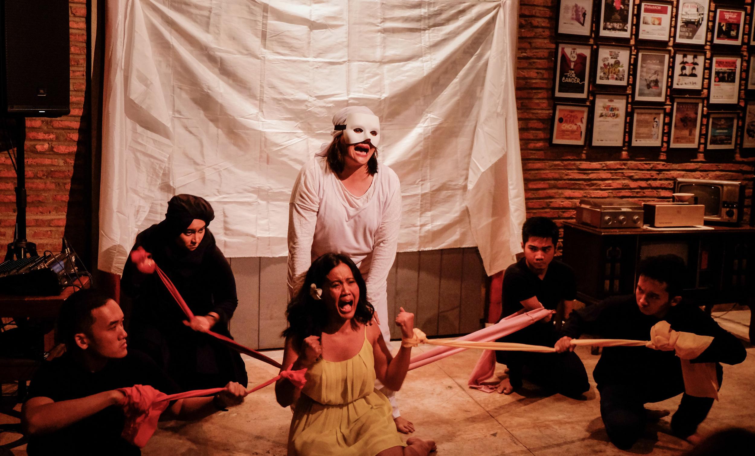 Teater Bolong pada peluncuran  Unrepressed , Mei 2018