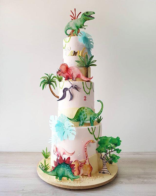 Mundo Jurásico tropical 🦕🌿 ¡celebrando el segundo cumpleaños de Camila! 💗 - ☝️⬅ Detalles jurásicos rawrrr . . #pastel #cumpleaños #fondant #pastelfondant #pasteldinosaurios #dinosaurscake #watercolordinosaurs #jurassiccake #tropicalcake #cakedesign #cakeporm #edibleart #sugarart #cakeart #mty #spgg #hacemosarte #galateareposteria