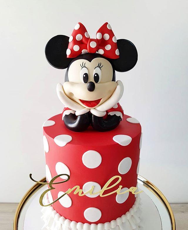 ¡Minnie Mouse muuuy feliz de celebrar el cumpleaños de Emilia! ❤🎉 - . . #pastel #cumpleaños #fondant #pastelfondant #pastelminniemouse #minniemouse #minniecake #minniemousecake #disney #disneycake #cakedesign #cakeporm #edibleart #sugarart #mty #spgg #hacemosarte #galateareposteria