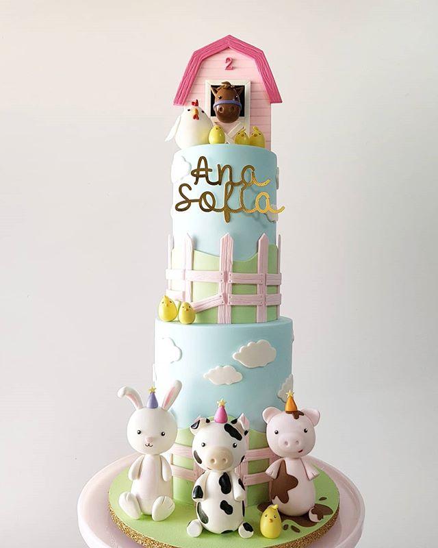 ¡Granjita feliz para celebrar el segundo cumpleaños de Ana Sofía! 🐷🐄🐣💗 - ¡Muchísimas felicidades! 🎉 - ☝️⬅ Detalles 🐽 . . #pastel #cumpleaños #fondant #pastelfondant #pastelgranja #farmcake #cutefarm #fondantcake #cutecake #cakeporm #edibleart #sugarart #cakedesign #mty #spgg #hacemosarte #galateareposteria