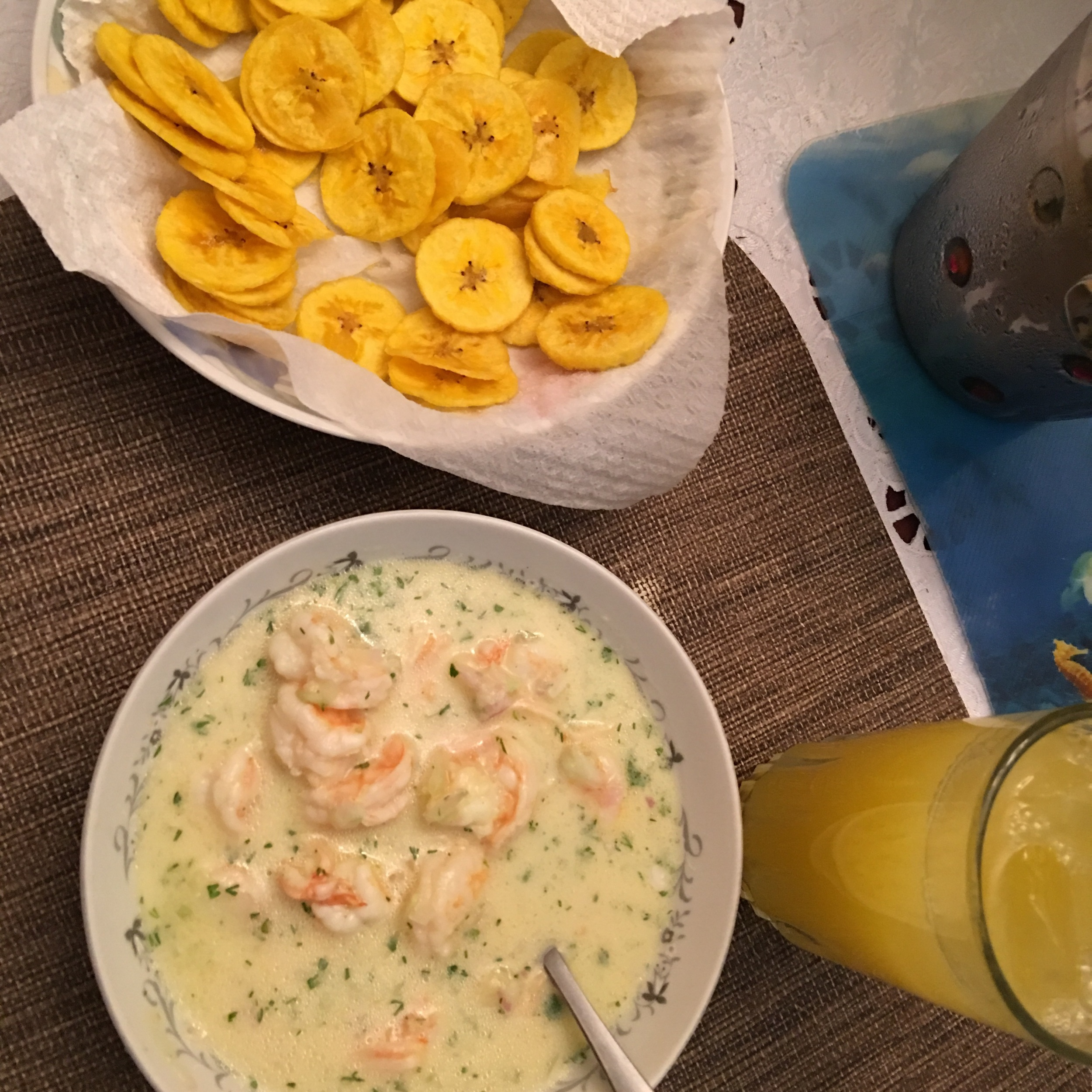 Ceviche de camarón, fried plaintain chips and fresh orange juice, oh yes!