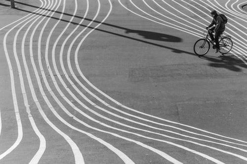 fiets scheve banen zw wit.jpg